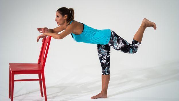 Prova i benefici del pilates con la sedia: gambe e glutei perfetti e tonificati con l'allenamento dolce quotidiano!