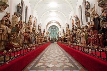 Museum Vaals is een spraakmakend museum met heiligenbeelden slechts twee kilometer vanaf het drielandenpunt in Vaals. In de 'kleurrijke kijkdoos' wordt de bezoeker overdonderd omringd door ruim tweehonderd katholieke kerk- en kloosterbeelden van 1 meter tot 3,5 meter met hun eigen verhaal contrastrijk gecombineerd met hedendaagse schilderkunst. Iedere bezoeker van het museum ontvangt een beschrijving van zijn of haar persoonlijke naamheilige. Daarnaast is er op deze locatie een geweldig…