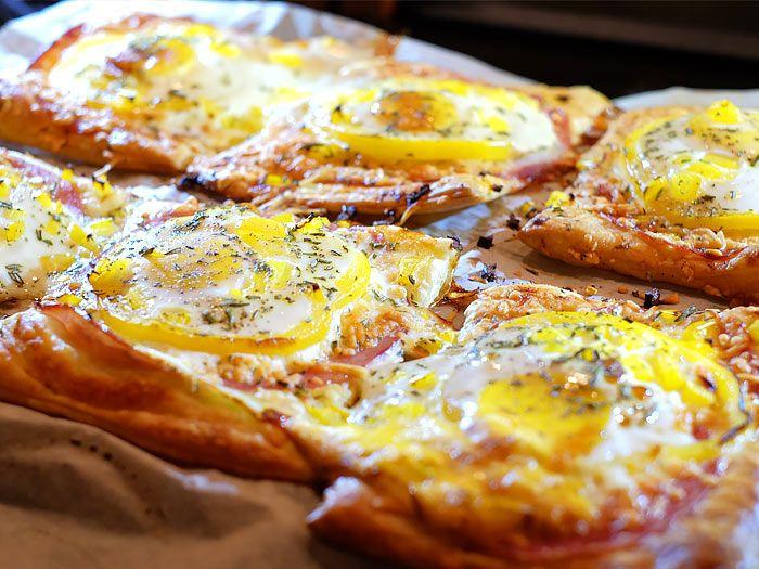 Bladerdeeg met ham, kaas en ei uit de oven