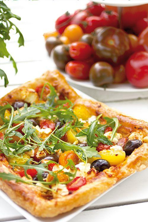 Fetaosttarte med ruccola, plocktomater & oliver