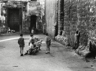 Enzo Sellerio Bambini giocano alla fucilazione
