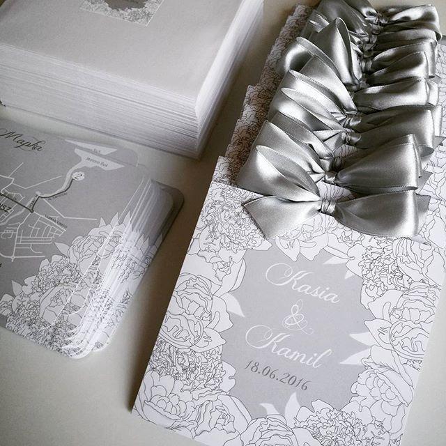 Białe piwonie, delikatne szarości i srebrna wstążka #zaproszeniaprojektślub #zaproszenie #ślubne #papeteriaślubna #projektślub #srebrny #szary #biały #projekt #slub #zaproszeniaslubne #poligrafiaslubna #paperlove #weddingpaper #handmade #madeinpoland #kwiaty #flowers #kwiatowelove #piwonie #peony #silver #whiteflowers #weddingpaper #wedding #lovepaper #paperart #weddinginvitation #paper #design