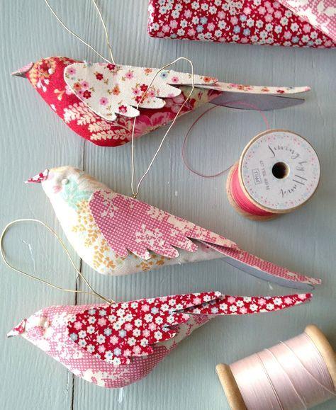 Kijk wat ik gevonden heb op Freubelweb.nl: een gratis patroon van Tilda's World om deze mooie vogeltjes te maken https://www.freubelweb.nl/freubel-zelf/zelf-maken-met-stof-vogel/