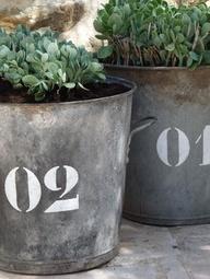 zinken emmer met kistcijfers er op geschilderd, leuk voor in de tuin