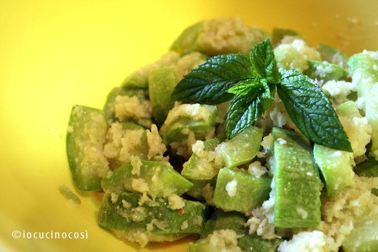 Per l'insalata di zucchine o sauza alla calabrese servono zucchine, pane, formaggio e menta. Una veloce, fresca e leggera ricetta estiva.
