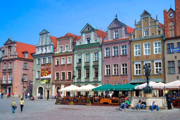The Old Town is centred on Stary Rynek, the Old Market Square. The historic Town Hall  stands in the middle of that square. At the western end of the Old Town is the hill on which the castle stood.