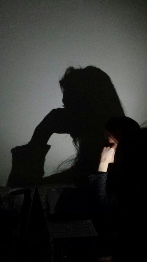 Giovane donna dai capelli rossi assorta nei suoi pensieri.