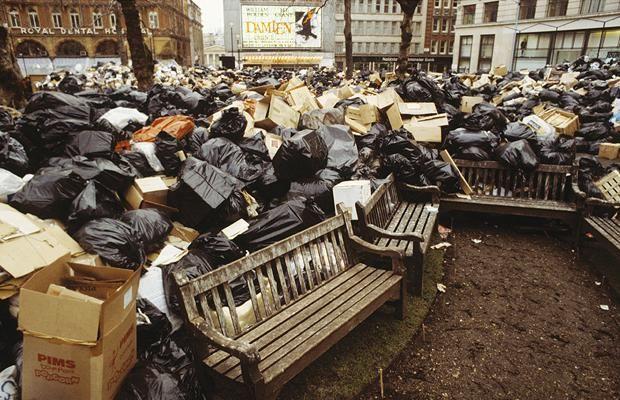 Stosy śmieci, zgromadzone na Leicester Square podczas strajku śmieciarzy, Londyn, 1979