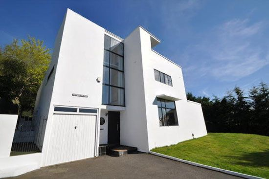 On the market: The First Sun House – 1930s Connell and Ward-designed modernist property in Amersham, Buckinghamshire on http://www.wowhaus.co.uk