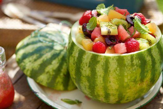 Bunter Obstsalat mit Melonendressing