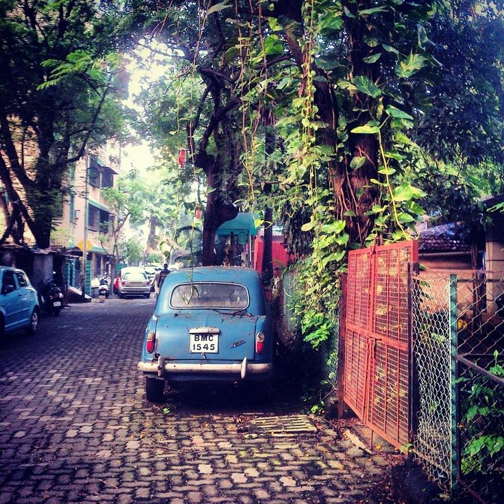 Blue car in Bandra (Mumbai)