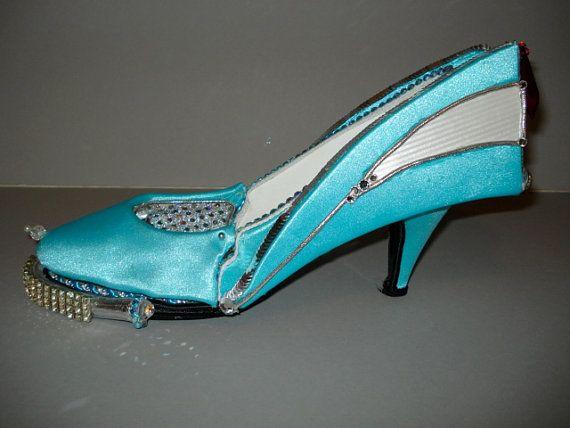 Voici un morceau de conversation pour vous maison ou bureau. Cest une chaussure de sculpté main inspirée par  voiture vintage 1957 Chevrolet Bel Air, il fait partie de ma série « Auto-Mo-talons »...  Il est façonné forme divers tissus, galons, perle, strass et un travail  capot pour se rafraîchir les pieds fatigués...