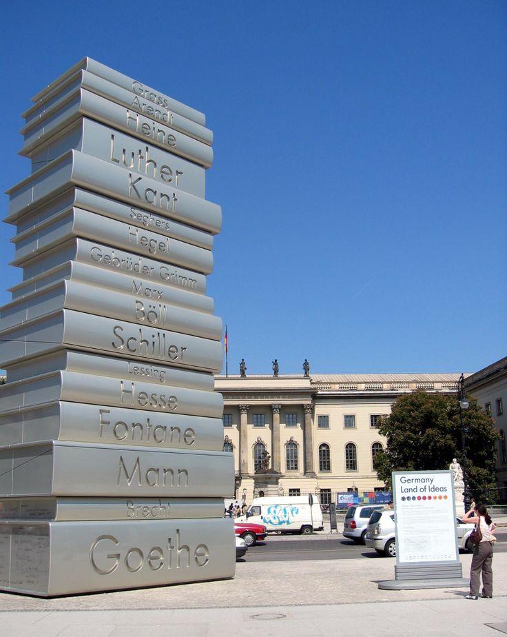 Die 12m hohe Bücherskulptur auf dem Bebelplatz direkt gegenüber der Humboldt-Universität in Berlin erinnert an wichtige deutsche Schriftsteller und an die Druckerfindung Gutenbergs.