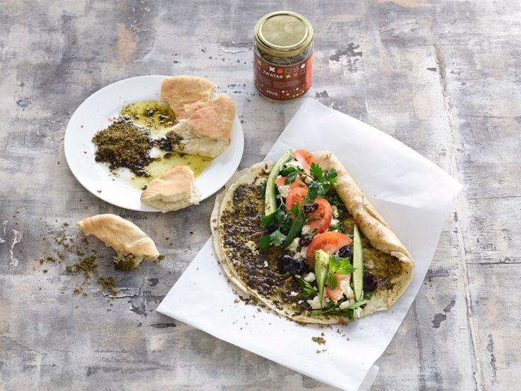 Merijn Tol en Nadia Zeroualihebben SOUQ gelanceerd: een heerlijke lijnmediterraan Arabische ingrediënten van topkwaliteit. Bij de producten horen fijne recepten, en wij mogen er eentje aan jullie verklappen: een flatbread sandwich met pita en Palestijnse za'atar. Leg het flatbread voor je. Meng de za'atar met de olijfolie en bestrijk met een lepel het flatbread ermee. […]
