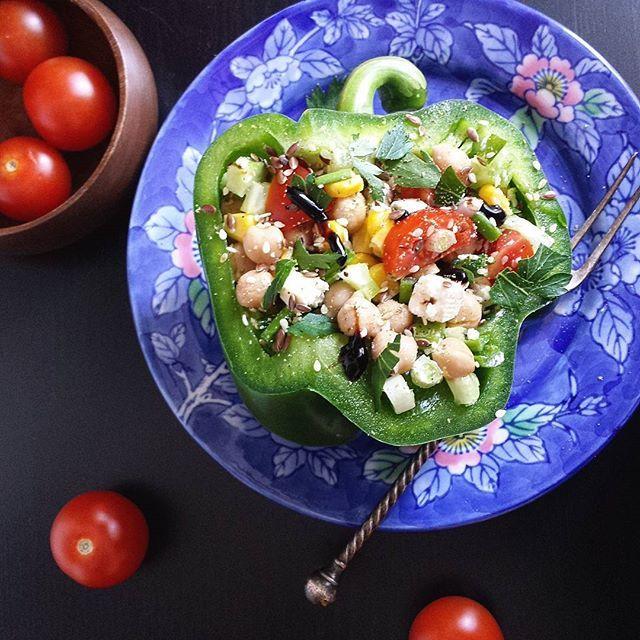 #Friyay! Un pranz super fresh si satios, servit in jumatate de ardei:  salata de naut, telemea, porumb dulce, rosii, castraveti, ceapa verde si patrunjel proaspat! #salata #chickpeasalad #healthy #mancaresanatoasa #pranz #lunch
