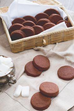 Deliziosi biscottini al cioccolato per accompagnare il tè del pomeriggio…