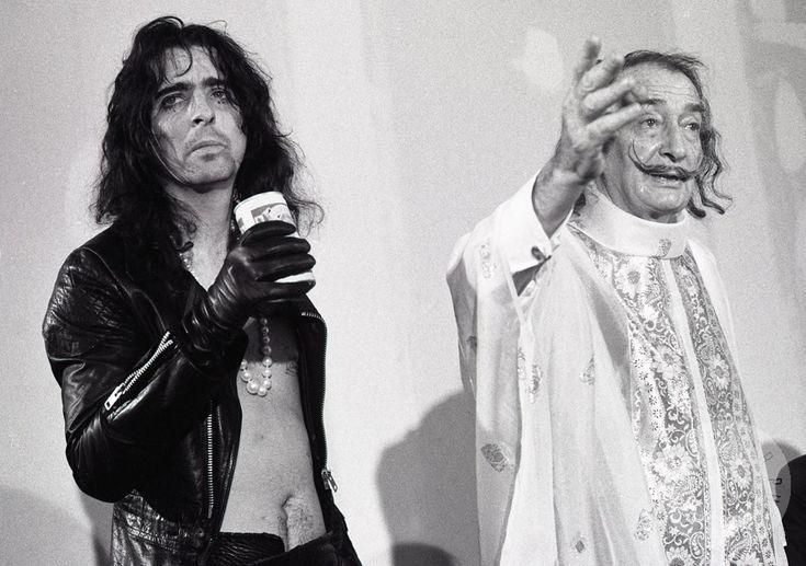 """Después de eso la amistad se consolidó cuando Cooper fue invitado por tres días a la casa de Dalí. El resultado fueron dos retratos del rockero en formato holograma titulados """"Primer retrato cromo-holograma cilíndrico del cerebro de Alice Cooper"""" y """"Retrato del cerebro de Alice Cooper"""", y años más tarde, Dalí homenajeado en la portada del disco """"Da Da""""."""