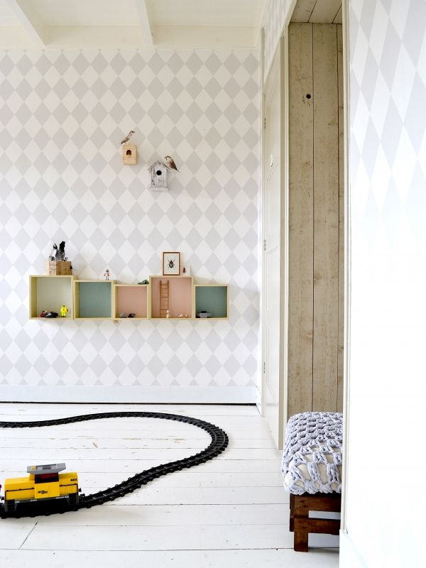 Binnenkijken in interieur. Jongenskamer. Takken en boomstronk uit het bos<br /> Tent gemaakt van linnen gordijnen aan een tak<br /> Zweeds meegroeibed van Rosa Rugosa<br /> Poster van Hagendornhagen<br /> Behang van Karwei (Ferm Living lookalike)<br /> Bamboe plafond lampenkapje van de kringloop'<br /> Dekbedovertrek zelfgemaakt<br /> <br />