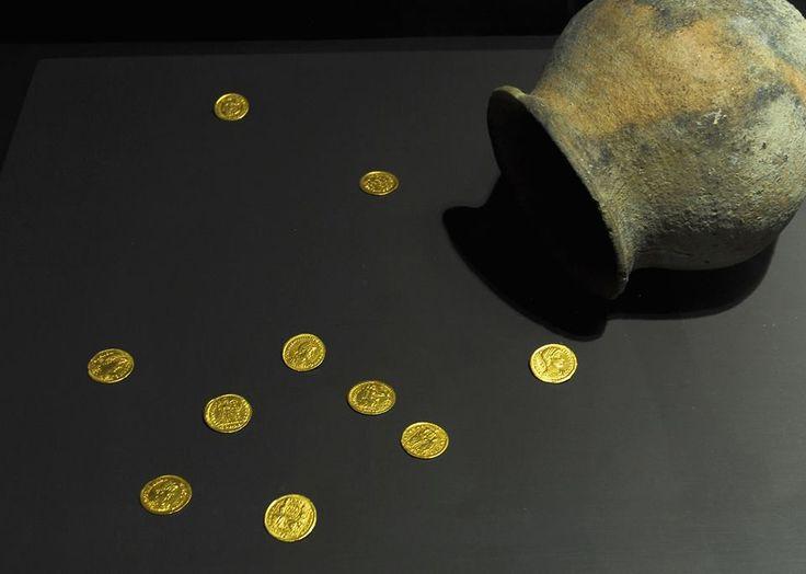 As moedas são um elemento arqueológico de grande valor por duas razões: primeiro, constituem bons indicadores de datação dos achados; em segundo lugar, dentro de alguns condicionalismos, podem ser estudadas estatisticamente ao longo dos vários períodos, permitindo uma aproximação às condições económicas que se verificaram no local onde foram encontradas.