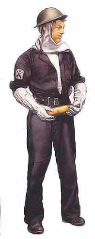 Servant de pièce de 2ème classe, Royal Navy, 1941 Ce personnage porte la tenue de combat type des servants de pièce britanniques de la Seconde Guerre mondiale. Par dessus cette tenue, il a ajouté une combinaison bleue et une ceinture portefeuille en toile. Sous son casque en acier, il est vêtu d'une cagoule anti-feu et ses mains sont protégées par de gros gants. Les servants de pièce faisaient un travail dangereux et leur sous-vêtements devaient être très propre car une blessure pouvait…
