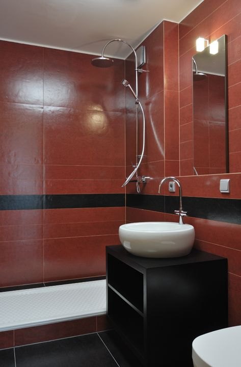 Rekonstrukce bytu Praha 6 - červená koupelna / Geddes-Kaňka Interiors