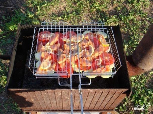 Шашлык из лосося:  Ингредиенты: Лосось — 1 кг Лимон — 2 шт Перец, соль — по вкусу Масло растительное — 3 ст. л Гранатовый сок — 100-150 мл
