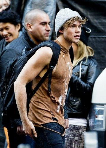 HOLY FUDGE LOOK AT HIM AND HIS BICEP AND HIS HAIR AMD LITTLE FUCKING BEANIE AND OMG I CANT TAKE IT ANYMORE