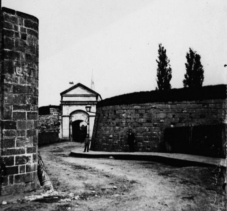 Quebec portes fortifications | La maison Michel-Cureux , construite en 1729, est le seul vestige du ...