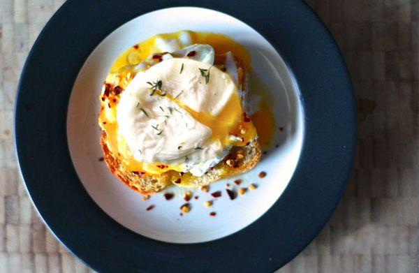 Υλικά: Για 4 ατομα 4 αυγά αλάτι ξύδι 4 χοντρές φέτες φρυγανισμένου ψωμιού 100 γρ βούτυρο 16 περίπου φύλλα φρέσκου φασκόμηλου μπούκοβο πιπέρι 200 γρ Flair Cottage Cheese