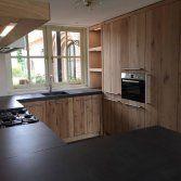 Keukens van sloophout zijn stoer en passen perfect bij de huidige woonmodetrend.Oud hout is dé trend van het moment en brengt warmte, sfeer en geborgenheid. Bij deze oud eiken keuken van ...