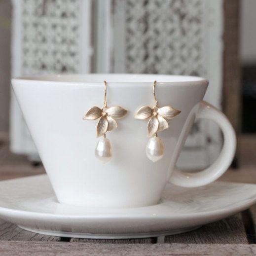 Orecchino fiore dell'orchidea. Orecchini perle avorio di Marolsha