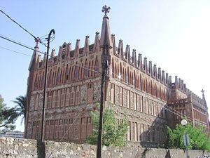 """(5) Colegio Teresiano (bouwperiode: 1888-1889) is een bouwwerk (afgemaakt door Gaudí) in Barcelona in opdracht van de """"Orde van de heilige Theresia van Ávila"""" bedoeld voor ordeleden die er moesten kunnen werken, bidden en studeren. Het is sober, de enige grote versiering is de erker (aanbouw aan een huis) die als een toren om de entree loopt, verder is er een rij tinnen aan de geveltoppen als omhoogwijzende versieringselementen. Het staat op de lijst van nationale bezienswaardigheden van…"""