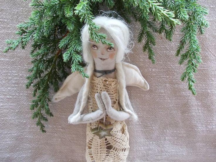 Anděl co přichází hadrový z plátna vyroben anděl v přírodním tonu a materiálů, vlásky z běleného lnu ,šaty háčkovaná krajka a dřevěná hvězdička ze dřeva patinovaná akryl barvami, v - 30 cm - dekorativní panenka anděla pro krásné vánoční chvíle