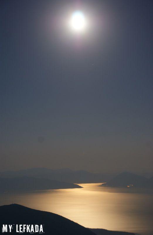 ' Έλα και στη Λευκάδα - νύχτα με φεγγαράδα - να πιάσεις το φεγγάρι με συρτή ' τραγουδάει η Άλκηστις  Πρωτοψάλτη.