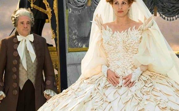 Julia Roberts en la película Mirror, mirror, con vestido de novia de la diseñadora Eiko Ishioka