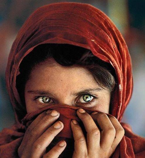 Uma das fotografias da exposição é a mundialmente famosa menina afegã clicada por Steve McCurry em um campo de refugiados