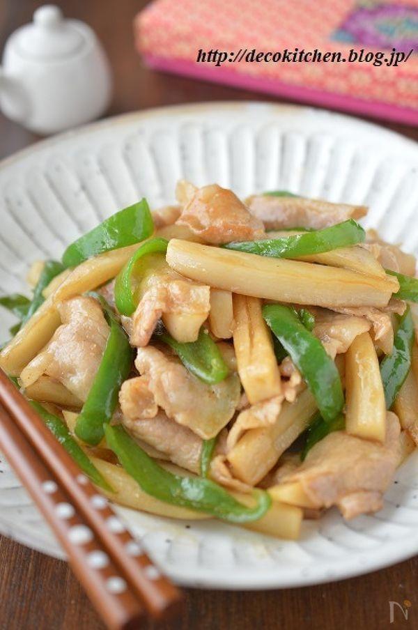 牛肉→豚肉に、筍→蓮根に置きかえたチンジャオロースー風の炒めものです。  たてに切った蓮根が、シャキっもちっと食感よく、食べ応えもあり!  豚ばらのうまみ、蓮根の甘み、ピーマンのほんのり苦みがバランスよく、ご飯もお酒もススム味です!