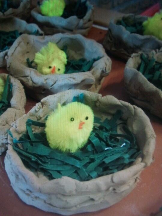 faire le nid et les oeuf a part et peintirer ensuite acheter chez divercité les petits oiseaux
