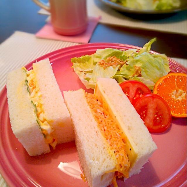 サンドイッチ!!  沼サンドの沼は… 「野菜の沼に溺れるがいいわ!」 「くらえ!ヘルシースプラッシュ!」的な 意味かと思っていたのだけど… 大沼さんが作ったサンドイッチ… だったなんて…╭(°ㅂ°)╮  そんなこんなで 猛烈に食べたかった卵サンド!と、 野菜たっぷりサンドに憧れて カルボナーラ風味の人参サンド! - 58件のもぐもぐ - sandwichies!! by 和田 匠生