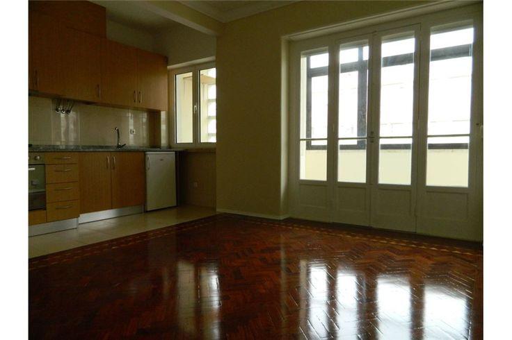 Apartamento T1 Avenidas Novas Lisboa Apartamento T1, pronto a habitar, junto à Av. República, a 2 minutos do Saldanha.   Possui cozinha equipada com placa de fogão (4 bicos), forno elétrico, exaustor, esquentador, frigorífico e máquina de lavar roupa.  Prédio com 2 elevadores e porteiro.  Pede-se fiador e pagamento de 2 meses de renda.    Sala e kitchenette: 22m2  Quarto: 10m2  Wc completo:  4m2  Marquise: 8m2;Valor de Renda: Mensal