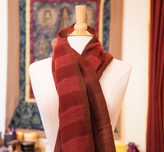 Foulard Tal rouge - Foulard rouge de grande qualité Un large choix d'autres couleurs vous attendent en magasin.