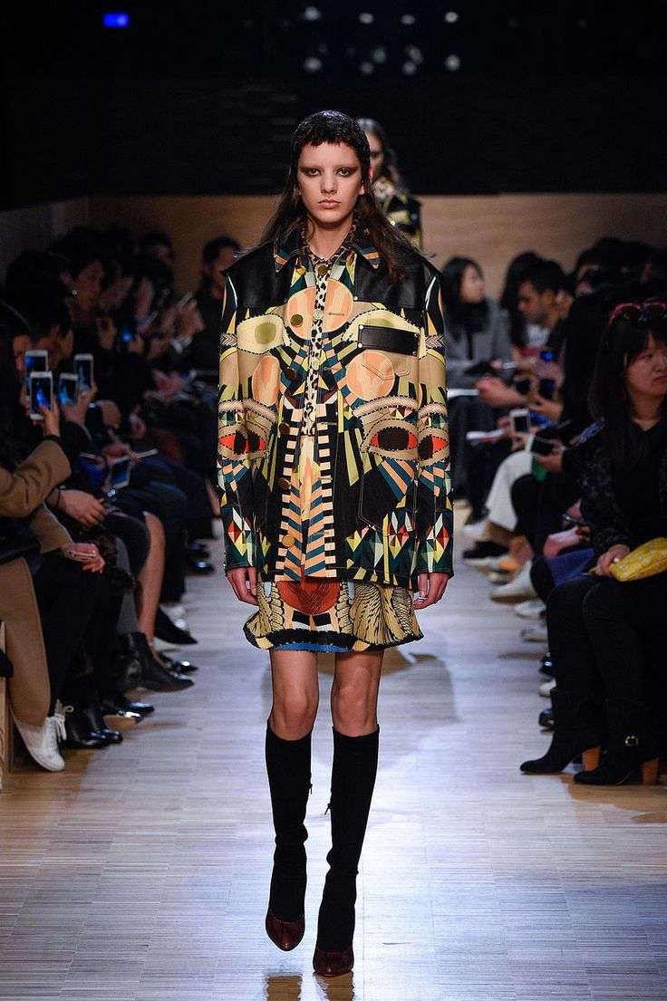 Obwohl Kanye und Schwiegermama Kriss Jenner in der Front Row sassen, standen die Designs von Riccardo Tisci im Mittelpunkt: Im nächsten Givenchy-Winter spielen Ethno- und Animal-Prints die grossen Hauptrollen.