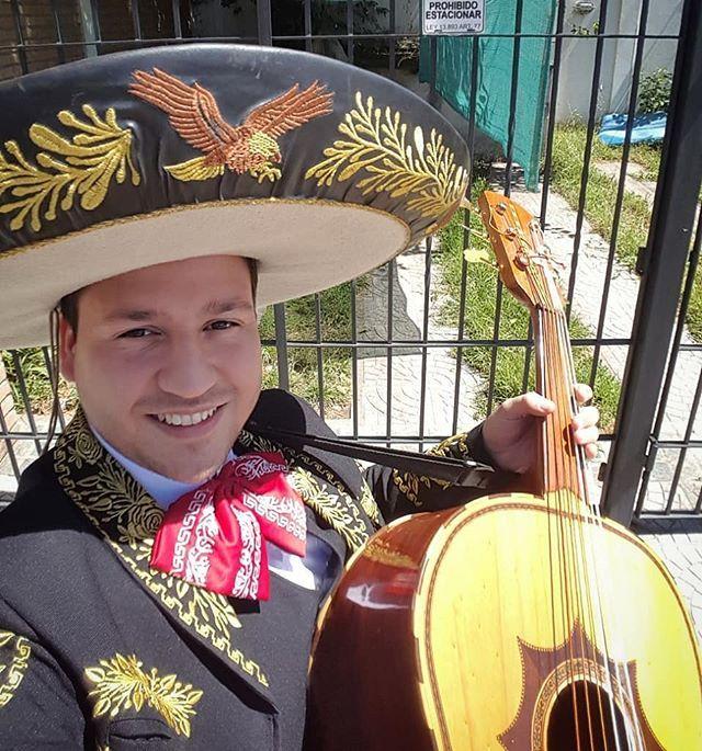 Mariachando por la vida! Ja! . . . #mariachi #guitarron #mexico #argentina #colombia #buenosaires #music #musicamexicana #folclor #calorcontantaropaencima #VT #melabanco #work #happy #life