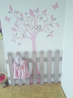 ♥ Selbstgemachte Garderobe ♥  Sie benötigen: •einen Gartenzaun aus dem Baumarkt •Lack (bei Kindern am besten PU-Lack) •Haken aus dem Baumarkt (oder eBay) •Schrauben und Dübel für die Wand (je nach Art der Wandbeschaffenheit auf die Länge der Schrauben und Dübel achten!!!)