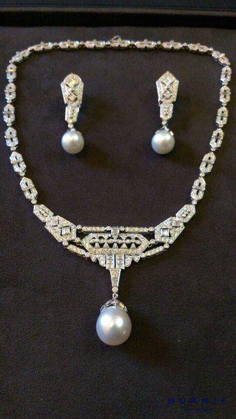 Угловатые, необычные, совершенно несвойственные современным украшениям формы, что-то неуловимое времен средневековых рыцарей и их Прекрасных дам проскальзывает в этой великолепной парюре. Как будто героини полотен Уотерхауса Леди Годива или, может быть, Леди из Шалот только что прикасались к этим украшениям: и серьги и бриллиантовое ожерелье с великолепными жемчужинами будто бы пришли к нам именно из этих сказочных времен гордых и самоотверженных рыцарей и их прекрасных леди. . Сказка…
