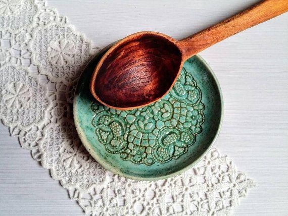 Diese rustikale Löffel-Ablage-Platte wurde von Landhaus Design und Spitze Dekor inspiriert und kann als Löffel Ablage oder Dessert Teller benutzt werden.  Man kennt es- Man hat Spaß und Freude am Kochen, jedoch es stellt sich immer die Frage: Wo setzt man den schmutzigen Löffel ab? Der Herd oder die Arbeitsplatte wurden gerade gereinigt und wenn man den schmutzigen Löffel ablegt, man musst wieder putzen... Diese praktische keramische Löffelablage ist eine Rettung. Setzen Sie Ihren Löffel…