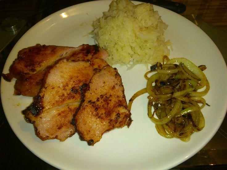 Zvířátkový den - pečené maso, vařené kyselé zelí a opečená cibule
