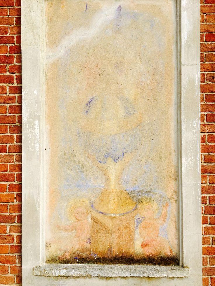 La Castella. Due angeli con coppa. Autore ignoto. 1900 c.a.  Visibile a Villafranca d'Asti, reg. Sant'Antonio 13-ITALY presso La Castella.