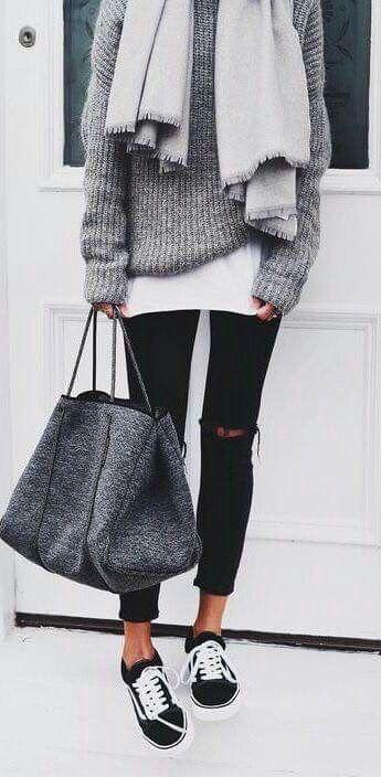 Hiver. Top long blanc, pull oversize gris chiné, écharpe plaid grise, jean skinny noir, baskets noires