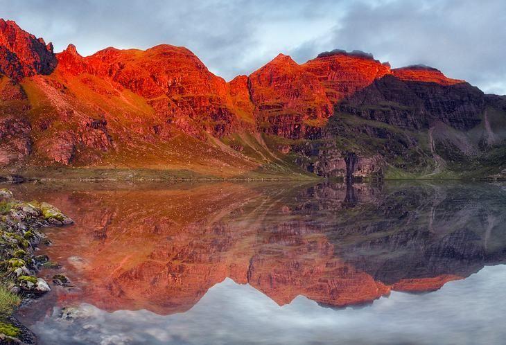"""An Teallach, Dundonnell    En gaélico, esta impresionante montaña se conoce como """"la piedra del hogar de la forja''. Si miras el color rojo brillante de su piedra arenisca, es fácil entender por qué ha inspirado a tantos montañeses que poéticamente la siguen evocando con un nombre muy hogareño."""